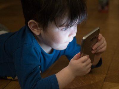 Fernsehen, Internet, Handy – wie Bildschirme das Leben unserer Kinder bestimmen